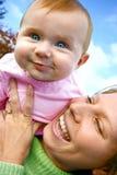 Rebondissant le bébé soulevé Image stock