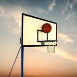 Rebondissement de boule sur un panneau arrière de basket-ball photo libre de droits