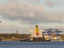 Reboque as embarcações que ajudam ao navio de carga da maioria a deixar o porto Imagens de Stock Royalty Free