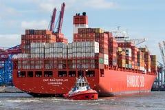 Reboque barco do recipiente das manobras do barco o grande em Hamburgo Imagem de Stock Royalty Free