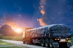 Reboque, caminhões em uma estrada asfaltada em um rural para o transporte fotografia de stock