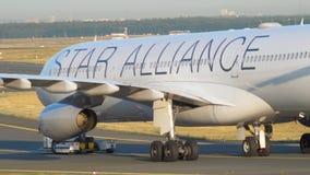 Reboque de Airbus 340 ao serviço video estoque