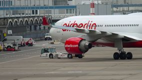 Reboque de Airbus A330 do avi?o vídeos de arquivo