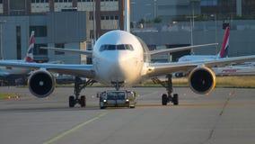 Reboque de Boeing 767 ao serviço vídeos de arquivo