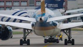 Reboque de Boeing 787 do serviço vídeos de arquivo