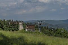 Reboque de esqui perto da vila de Paseky nad Jizerou na mola Imagem de Stock