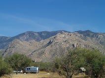 Reboque do acampamento no campground imagem de stock