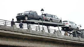 Reboque do portador de carro na ponte em Bruxelas - bandeja vídeos de arquivo