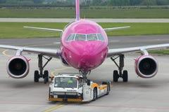 Reboque dos aviões Foto de Stock