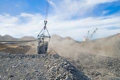 Reboque e cubeta da mineração Foto de Stock