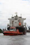 Reboque e navio Imagens de Stock