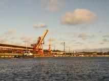 Reboque a embarcação no porto, fundo industrial Paisagem marinha Fotografia de Stock Royalty Free
