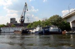 Reboque-empurrador do rio no porto fluvial ocidental em Moscou Foto de Stock