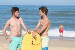 Reboque o corpo que os pensionistas surfam na praia imagem de stock