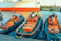 Reboquees amarrados dos navios na cidade de Hafen da área de porto, terraplenagem Landungsbrucken no Elbe River, Hamburgo, Aleman fotografia de stock
