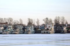 Reboquees do rio no inverno no cais imagens de stock royalty free
