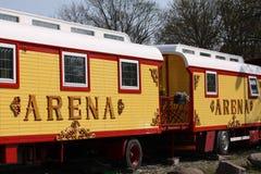 Reboques do circo Vagão colorido do vintage onde a estada dos povos do circo entre as mostras imagem de stock royalty free