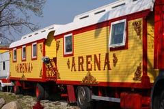 Reboques do circo Vagão colorido do vintage onde a estada dos povos do circo entre as mostras fotos de stock royalty free
