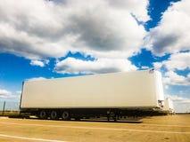 Reboques novos dos caminhões na exposição fotografia de stock royalty free