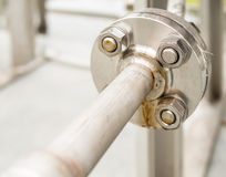 Reborde inoxidable con los pernos y las nueces para el sistema de suministro de gas al aire libre foto de archivo libre de regalías