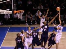 rebounding för basketspelare Arkivbilder