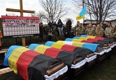 Reburiallen av 52 offer av fascism - de ukrainska patrioterna Royaltyfri Fotografi