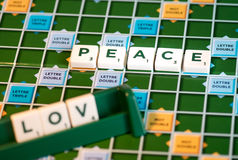 "Rebusscrabble peace"" en ""love"" Stock Fotografie"