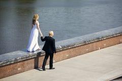 Recém-casados fotografia de stock royalty free