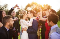 Recém-casados com o convidado em seu partido de jardim Fotos de Stock
