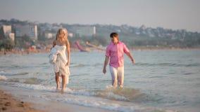 Recém-casados corridos na praia video estoque