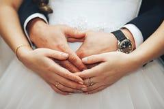 Recém-casados, mãos, anéis imagens de stock royalty free