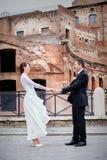 Recém-casados, mãos nas mãos cidade imagens de stock