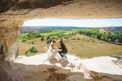 Recém-casados na caverna foto de stock