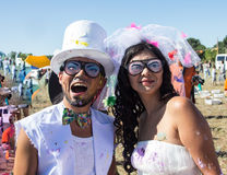 Recém-casados novos que apreciam o momento romântico junto fotografia de stock royalty free