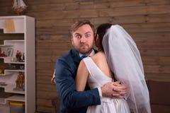 Recém-casados que abraçam na sessão fotográfica do casamento foto de stock royalty free