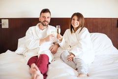 Recém-casados que apreciam sua lua de mel Fotos de Stock Royalty Free