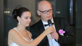 Recém-casados que cortam o bolo de casamento video estoque