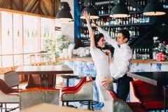 Recém-casados que dançam expressively na barra Pares do casamento do moderno Fotografia de Stock Royalty Free