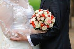 Recém-casados que guardam as mãos Fotos de Stock