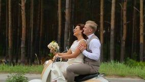 Recém-casados que montam em um 'trotinette' pequeno video estoque