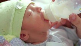 Recém-nascido come de uma garrafa vídeos de arquivo