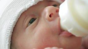 Recém-nascido come de uma garrafa filme