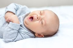 Recém-nascido está bocejando e quer dormir fotos de stock