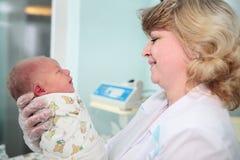 Recém-nascido no centro da gravidez Fotografia de Stock