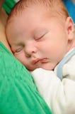 Recém-nascido no peito dos mother´s Fotos de Stock Royalty Free