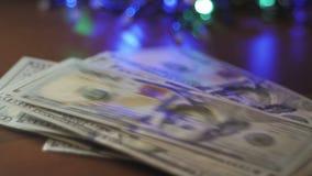 Recalcula ganancias del dinero Primer de la mano de una mujer almacen de metraje de vídeo