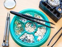 Recambios usados para el reloj que repara cierre para arriba imagenes de archivo