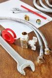 Recambios y herramientas del trabajo para el abastecimiento de agua en la tabla de madera Fotos de archivo libres de regalías
