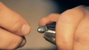 Recarga de la persona balas caso, cierre para arriba almacen de metraje de vídeo