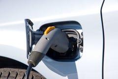 Recarga de un coche eléctrico Imágenes de archivo libres de regalías